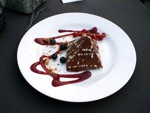 Pyramide aus Mousse au Chocolat gefüllt mit Haselnusscrunch - Rietkötter