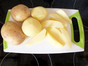Kartoffelecken - Kartoffeln in Spalten schneiden