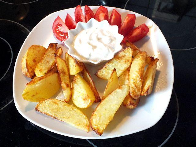 Kartoffelecken mit Sour Cream und Tomaten