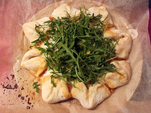 Pizzablumen & Pinwheels – Stern mit Kirschtomaten, Mozzarella, Schinken und Rucola