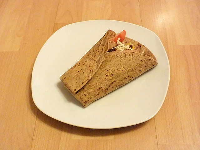 Gefüllte Wraps mit Salat, Paprika und Putenbrust