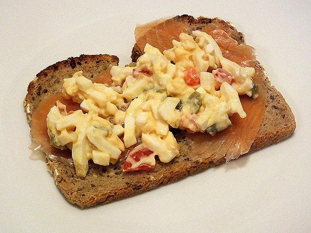 Eiersalat mit Lachs auf Brot
