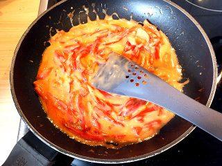 Pikantes Eierfrikassee - Tomatenpaprika in der Pfanne