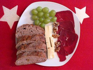 Apéro mit Trauben und Käse