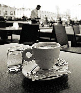 Eigenes Café - Kaffeetasse auf Tisch