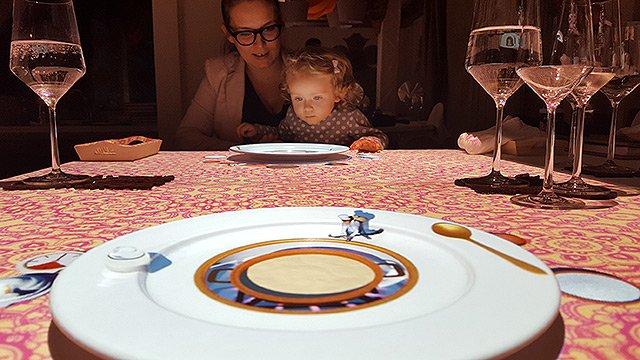 Mutter und Kind am Virtual Table