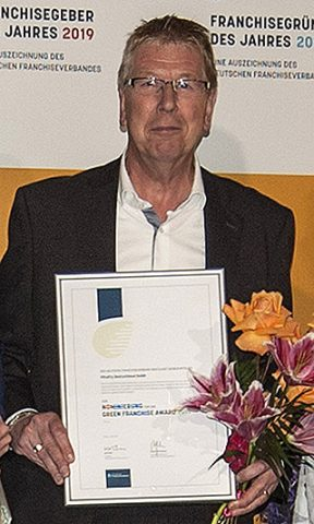 Jos van Aalst Geschäfsführer FiltaFry Deutschland mit Urkunde