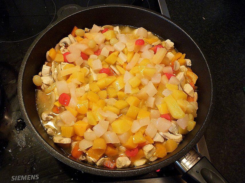 05 - Currygeschnetzeltes mit Früchten - Fruchtcocktail zugeben