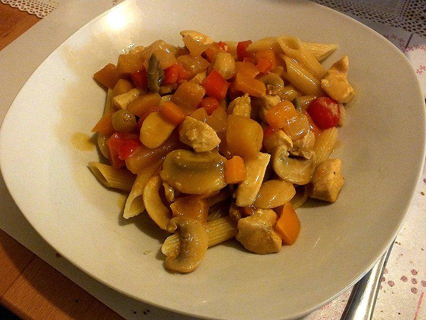 Currygeschnetzeltes mit Früchten - angerichtet mit Penne